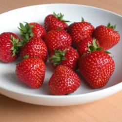 Sonata aardbeien in een fruitschaal